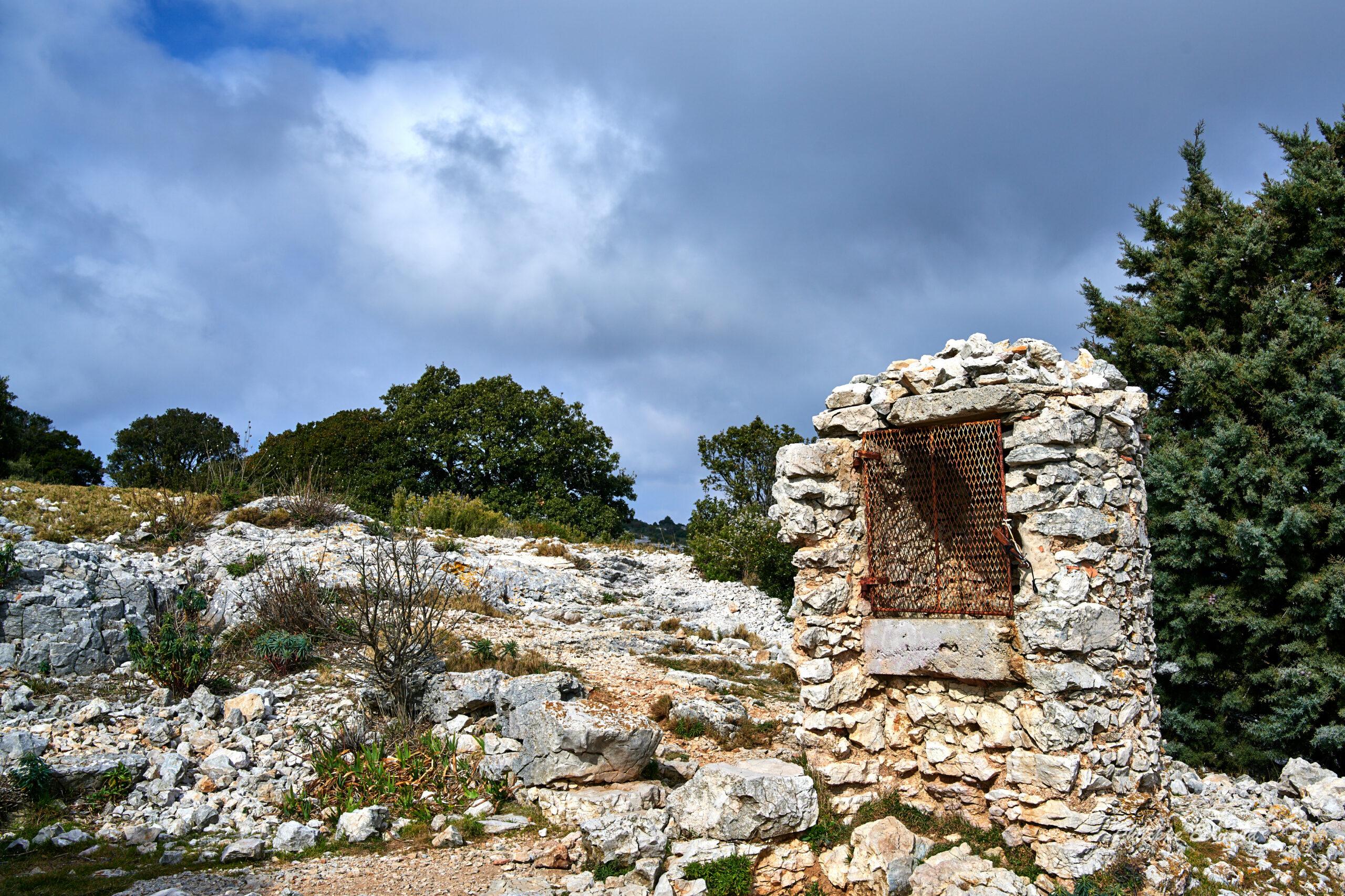 Ruines du Refuge Félix Roche et la citerne du Cap Gros